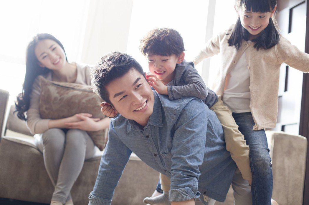 父親節將至,全球人壽建議爸爸投保三「步」曲,扛家庭也要愛自己。 全球人壽/提供