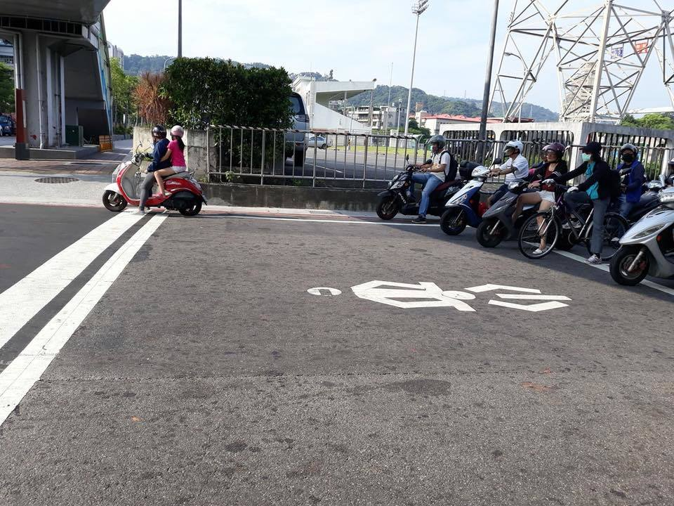 網友抱怨近日有不少機車族為了躲避太陽,未將車子停在機車停等區內,甚至出現急剎等危...