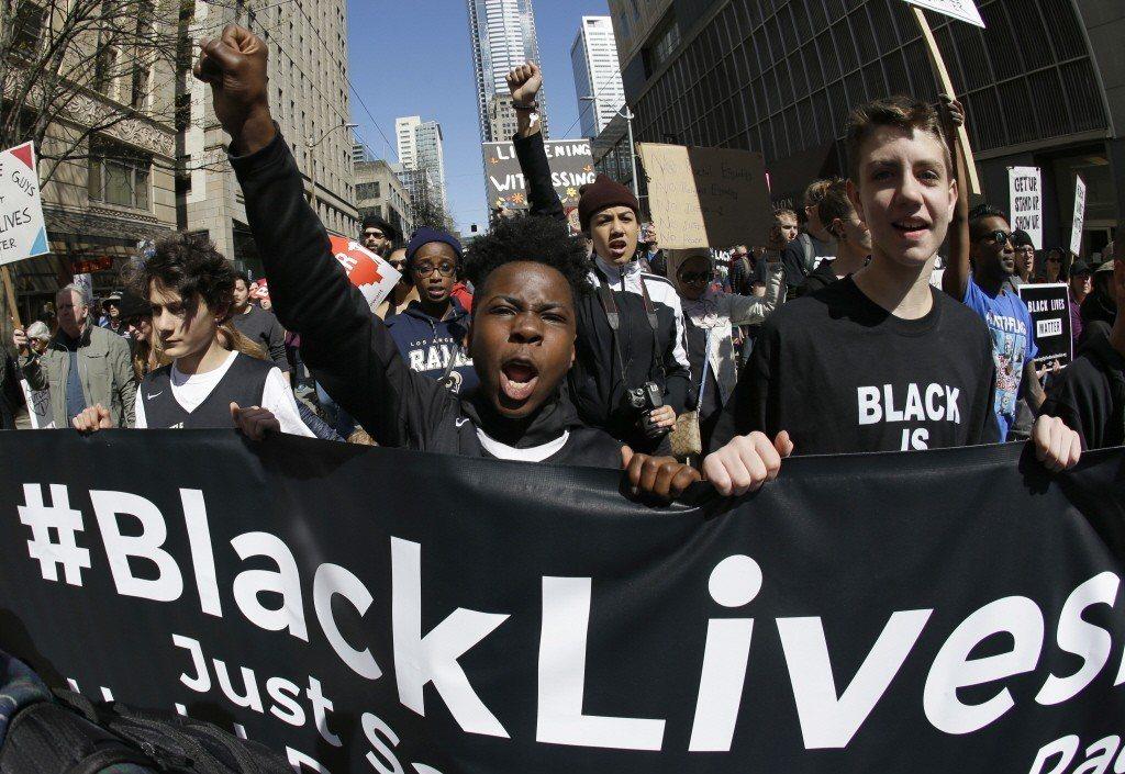 黑人的命也是命!民眾為遭警方無辜槍殺的黑人上街抗議。 圖/美聯社