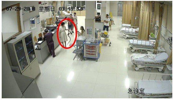 女子手握一條蛇,匆忙走進埔江人民醫院急診室,告知護理人員,自己被蛇咬。圖擷自浙江...