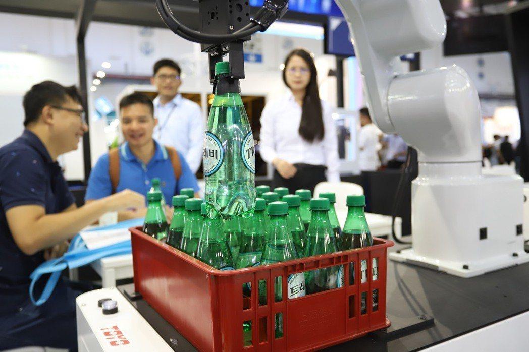 Epson移動式機器人在市場也受到肯定,在台北國際電腦展中更化身為飲料餐車。  ...