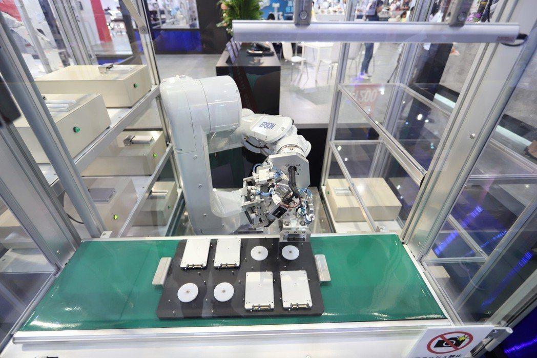 全新N6六軸摺疊式機械手臂,能在有限的空間中展現1,000mm的手臂長度,同時可...