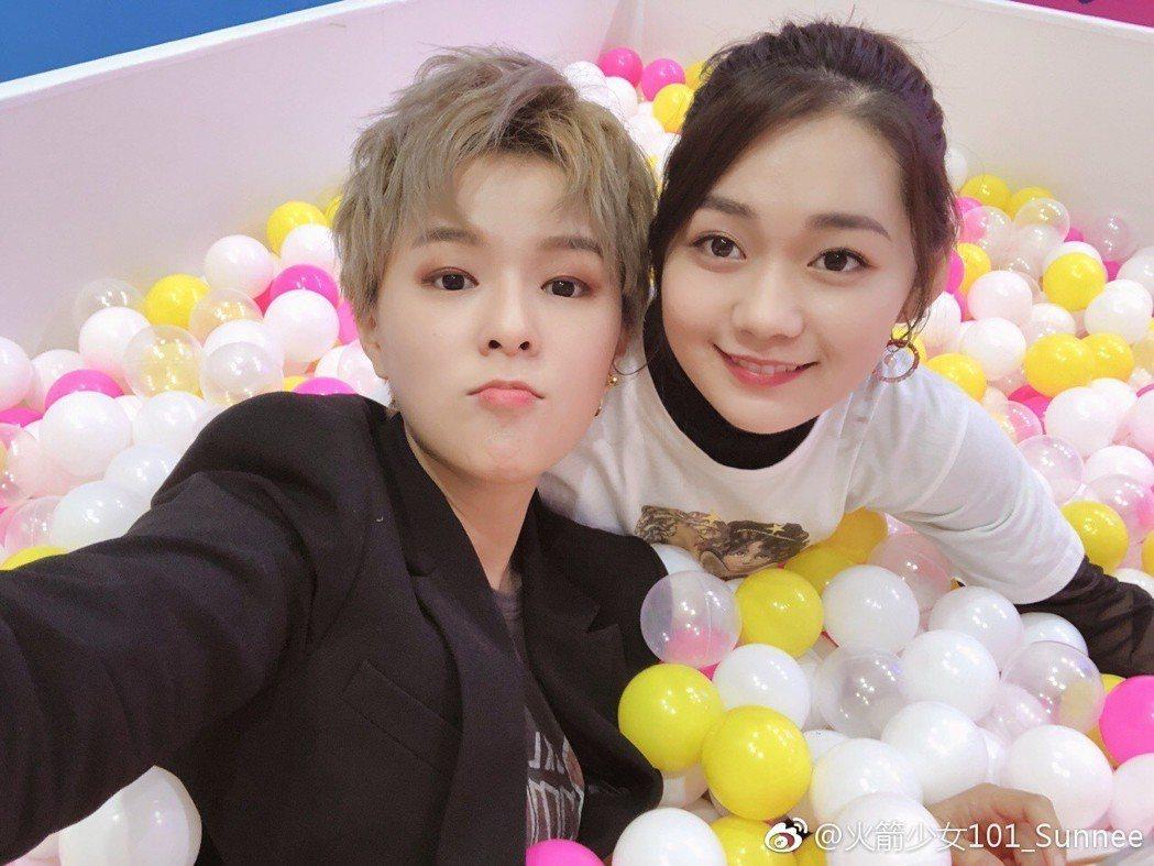 火箭少女101成員Sunnee與段奧娟。圖/擷自微博