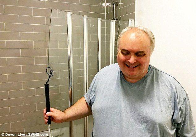 英國一名60歲盲人桑德斯(Stuart Saunders)在自家浴室誤觸一條巨蟒...