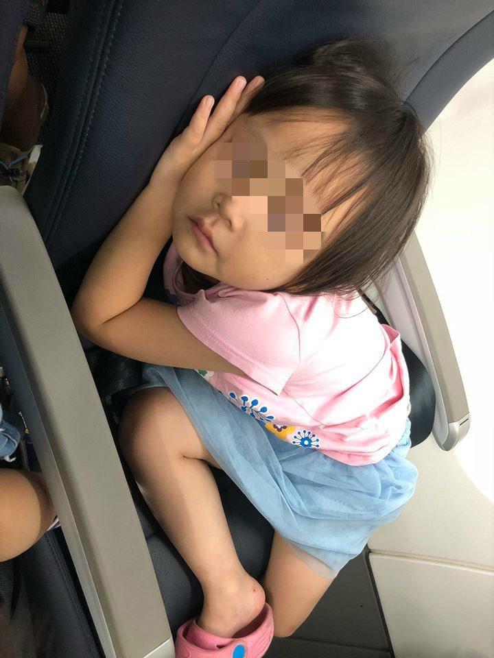 呂媽媽的女兒在飛機上睡著,像黏在椅子上,叫都叫不醒。 圖/取自爆廢公社公開版