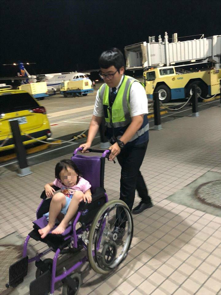 地勤人員將孩子放到輪椅上再帶到出口。圖/取自爆廢公社公開版