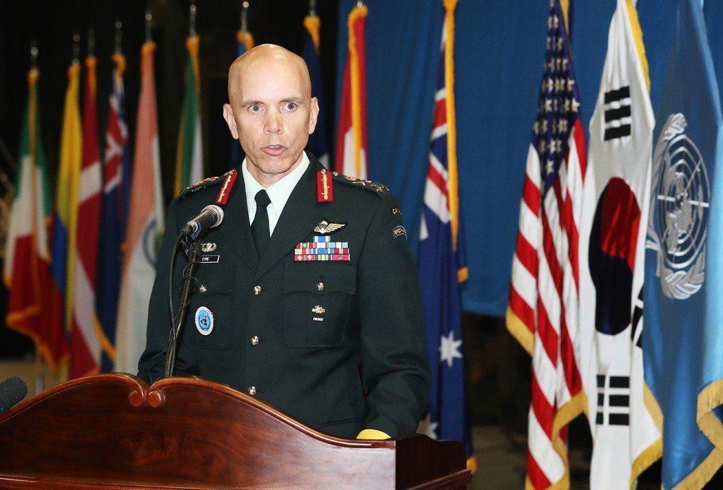 聯合國駐韓部隊副司令韋恩.艾爾中將1日在遺骸回國儀式上發表談話。(歐新社)