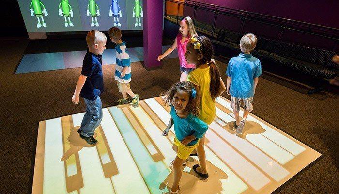 研究指出,兒童玩健身電動遊戲更能有效減肥。(photo by exergamef...