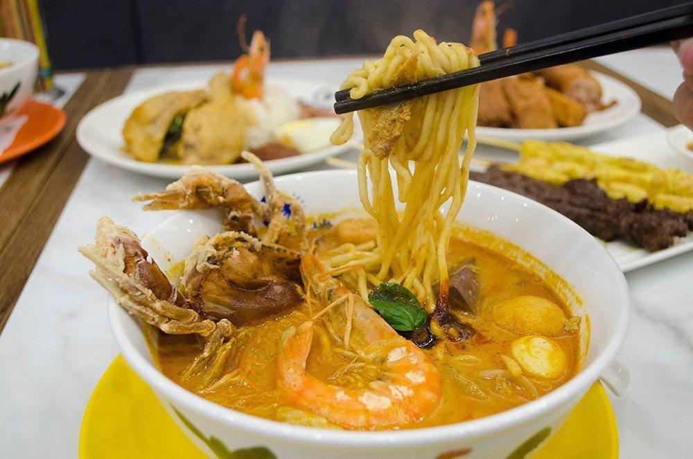 (圖/台灣旅行趣) ▲「咖哩海鮮叻沙」炸至金黃酥脆的軟殼蟹,以及肉質鮮彈的大蝦,...
