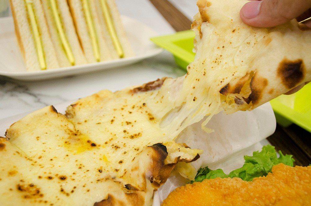 (圖/台灣旅行趣) ▲「雞兄愛雙奶」嚴選兩種起司,包裹在每日現桿的麵糰中,使用從...