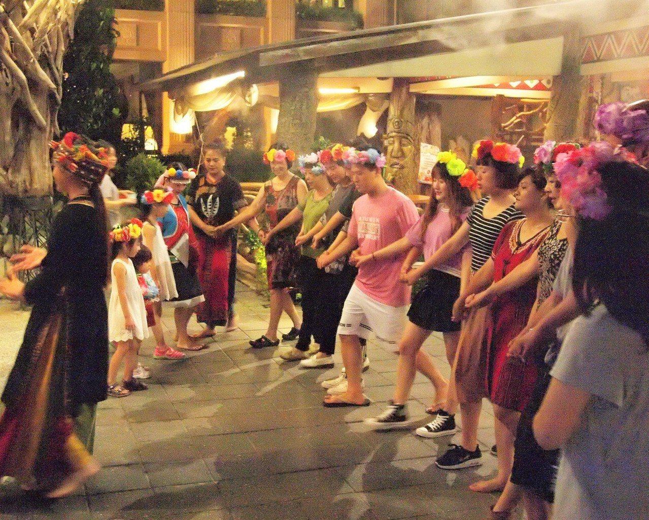 (圖/台灣旅行趣) ▲晚上吃飽後還可以參加原民的活動表演