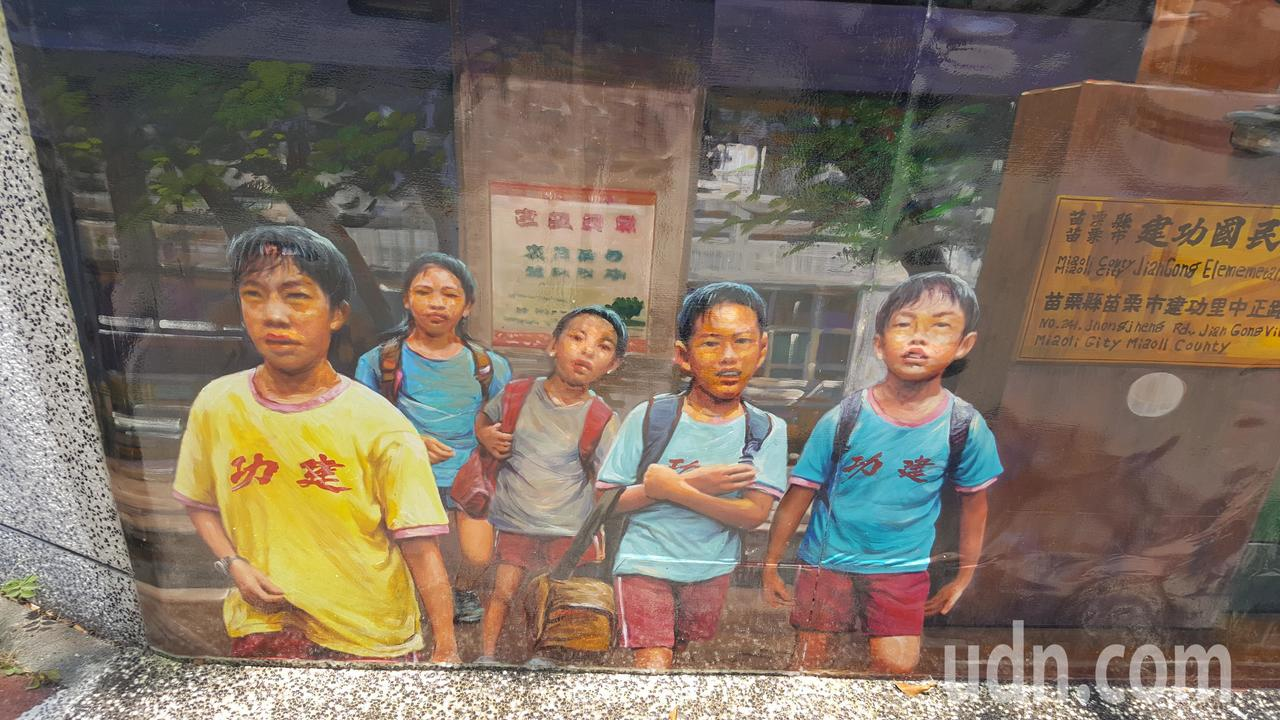 彩繪畫作利用照片等素材描繪,因此校舍、學生都實景呈現。記者胡蓬生/攝影