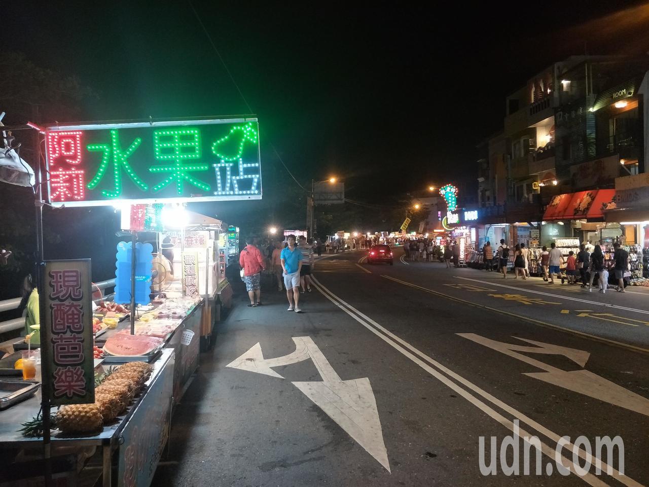 屏東墾丁大街夜市一到非假日、過了晚上9時,顯得空盪盪。記者潘欣中/攝影
