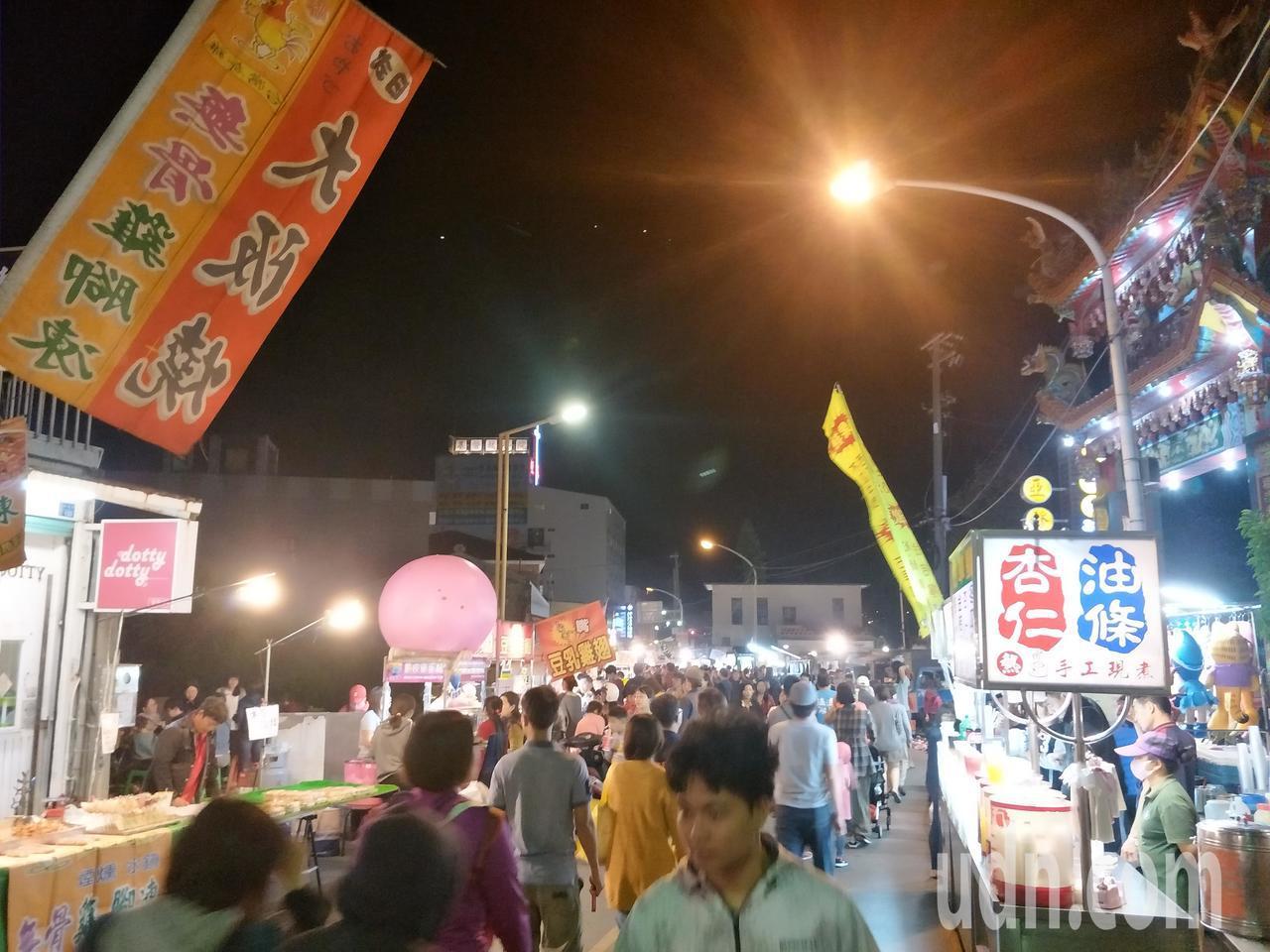 屏東恆春周日夜市的親民價位和散發「台灣味」,吸引不少外地遊客,近2年人氣漸增。記...