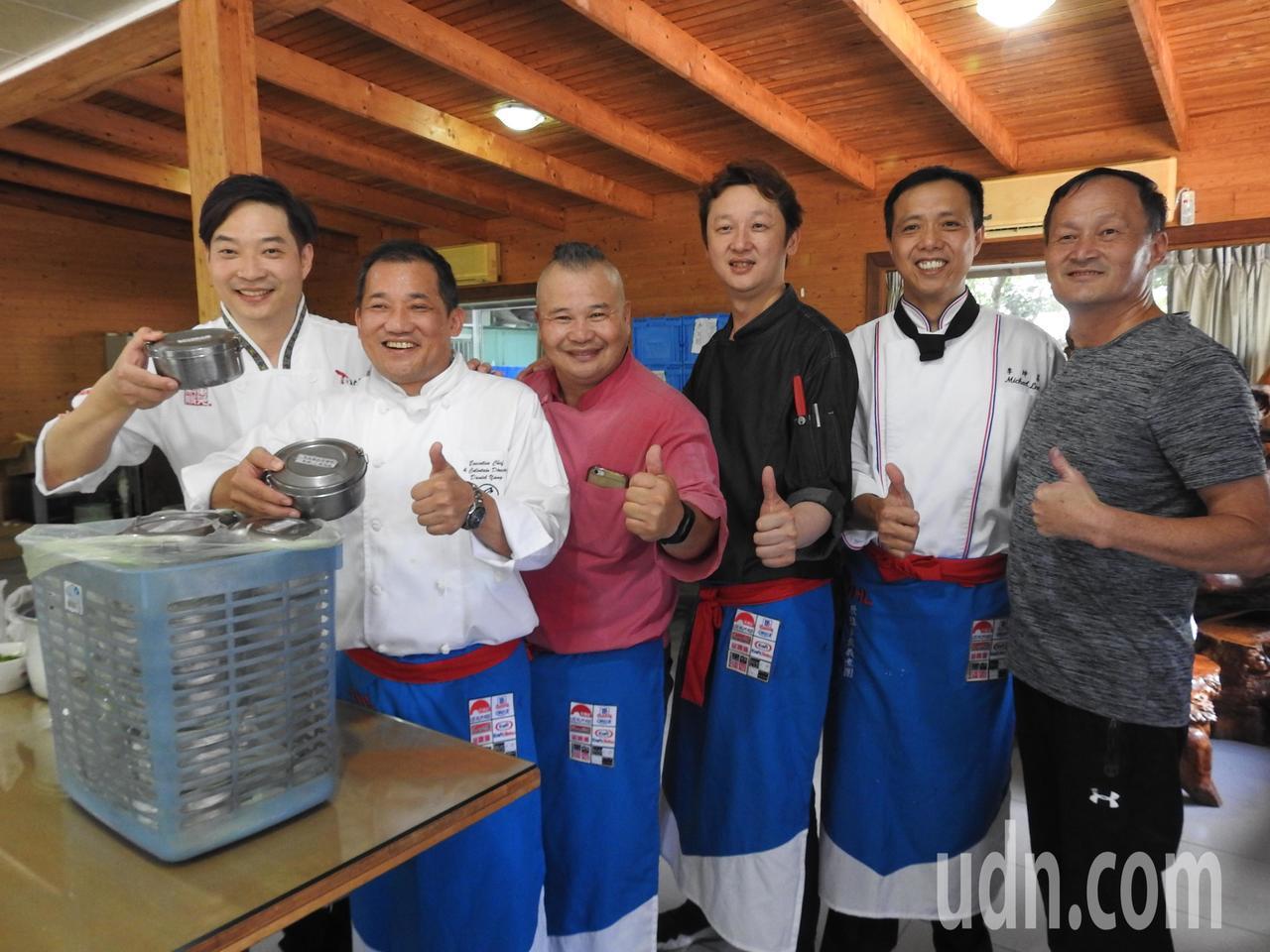 美食節目名廚「龍師傅」黃景龍(左1)和「駱師傅」駱進漢(左3)現身義煮助老。記者...