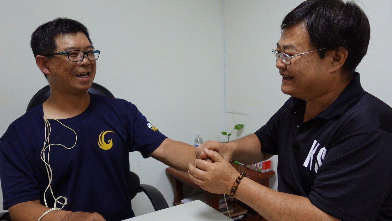 高市消防局氣爆受傷的副中隊長余泰運(左)晚間在分隊時,物理治療師黃順宗(右)協助...