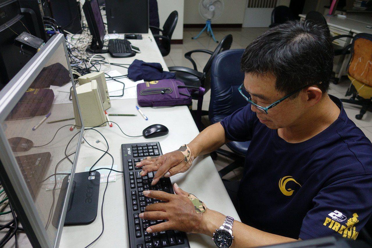 余泰運這兩年也攻讀碩士,打字靠著一指神功。記者劉星君/攝影