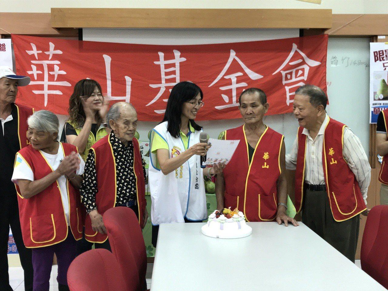 76歲史姓阿公(右二)八年去妻子與獨子車禍喪生,自此無人相伴,今年華山基金會提前...