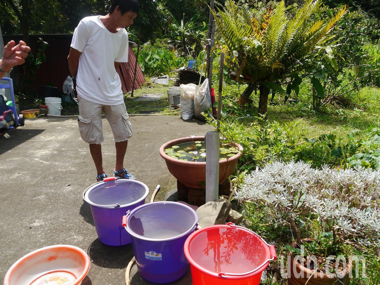甲仙居民無自來水可用,庭院放滿收集雨水的水桶。記者徐白櫻/攝影