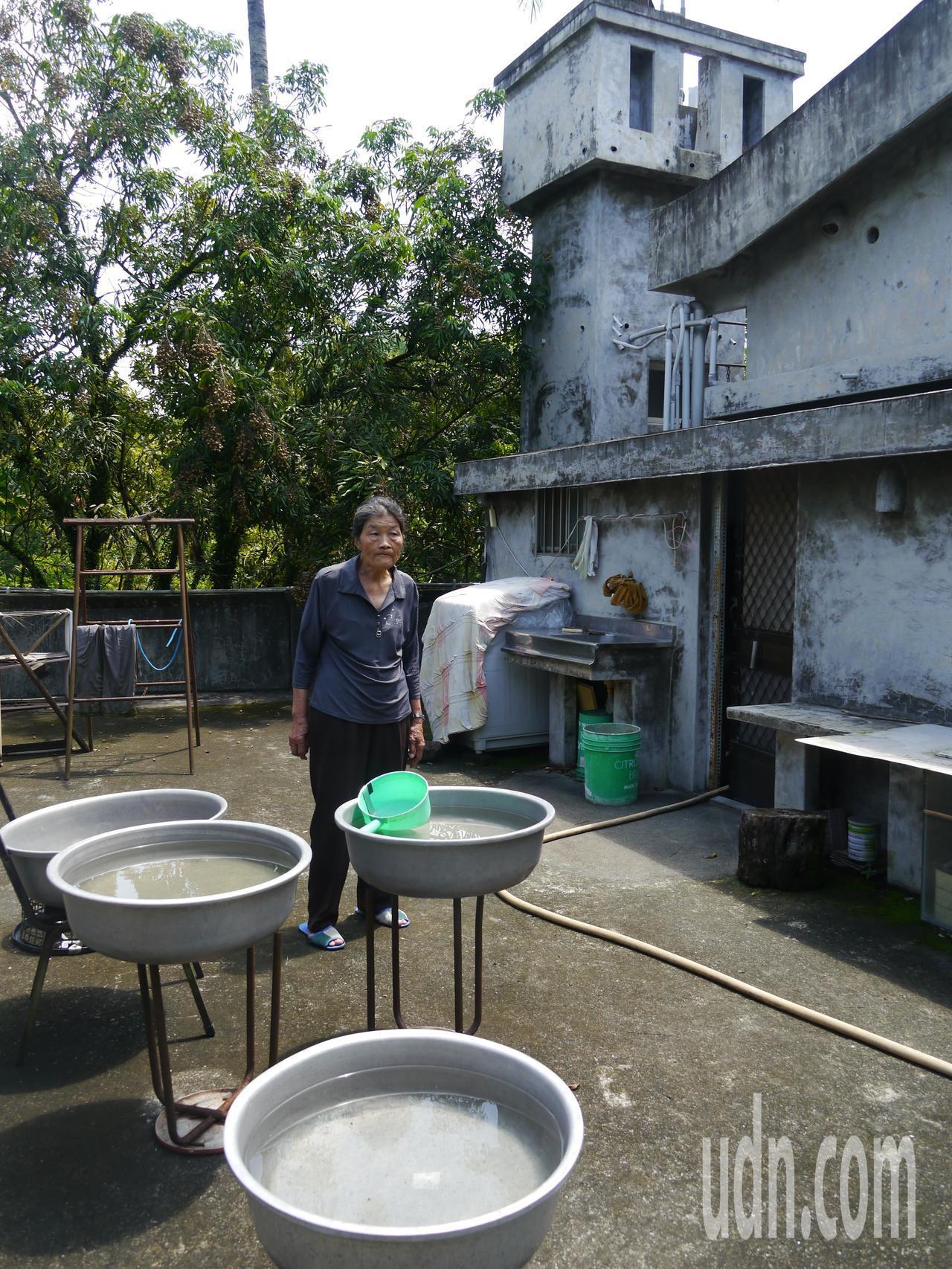 陳初珠阿嬤家中用水主要引自山中溪流,但仍要用容器儲存大量雨水備用,她背後頂樓的水...