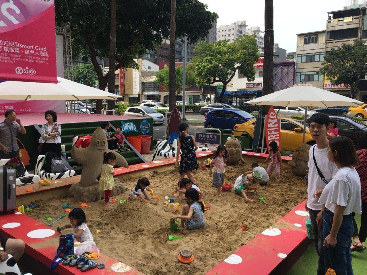 台中廣三SOGO百貨1樓廣場堆起一座小沙灘,可愛的呆呆魚及海星佇立在沙灘上,打造...