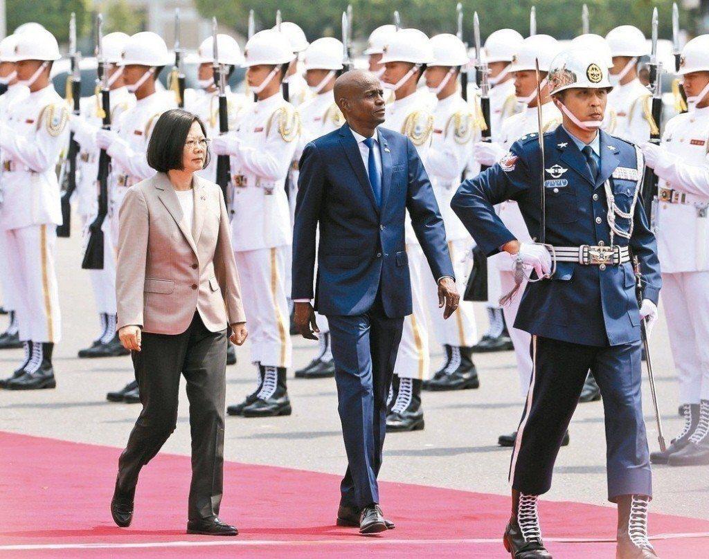 海地總統摩依士(前中)5月29日訪台,蔡英文總統(前左)以軍禮歡迎。 聯合報系資...