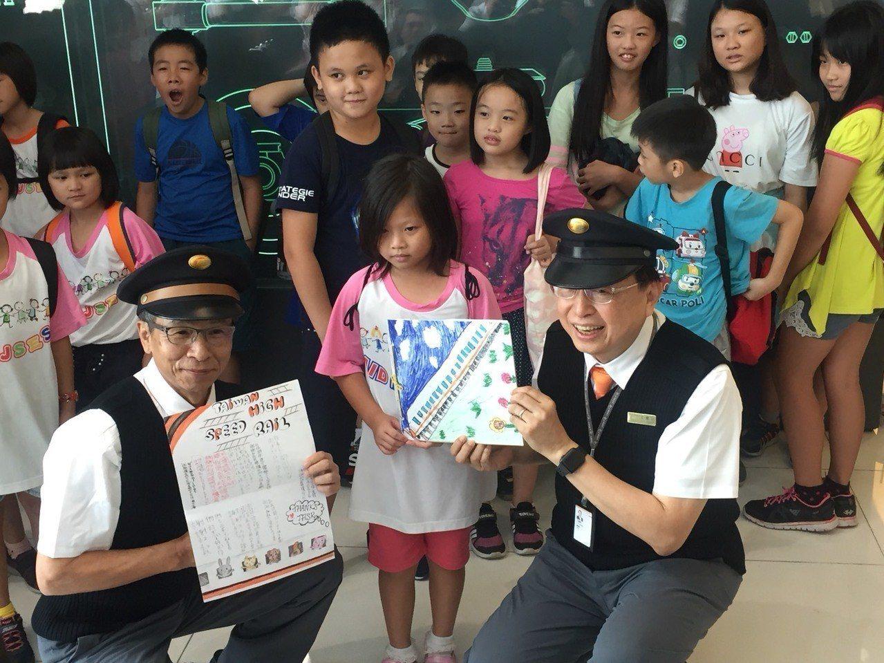 名導演吳念真(前左)與高鐵董事長江耀宗(前右)接受小朋友寫的感謝卡片。記者洪安怡...