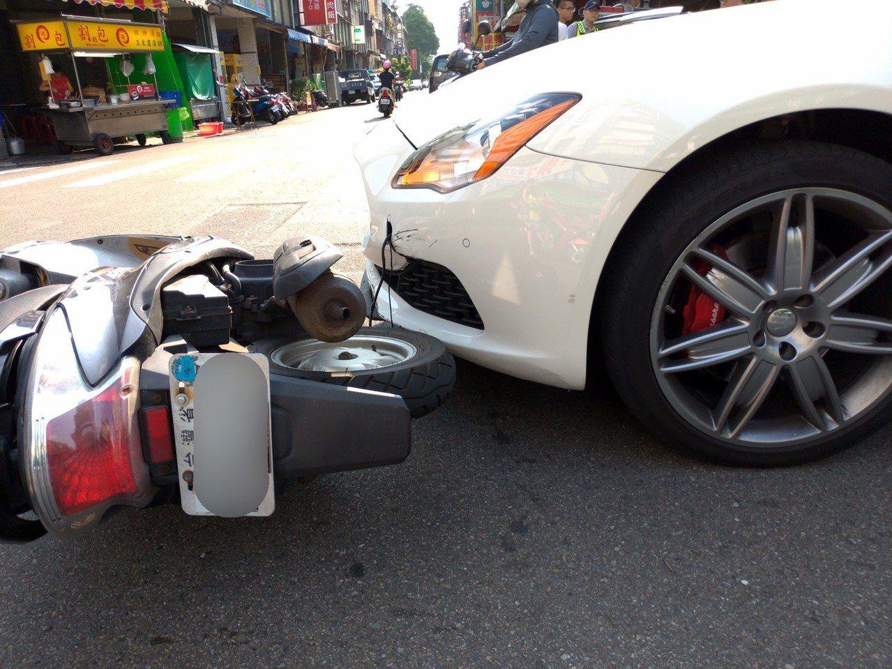 瑪莎拉蒂跑車昨天在台中市和機車擦撞。記者游振昇/翻攝