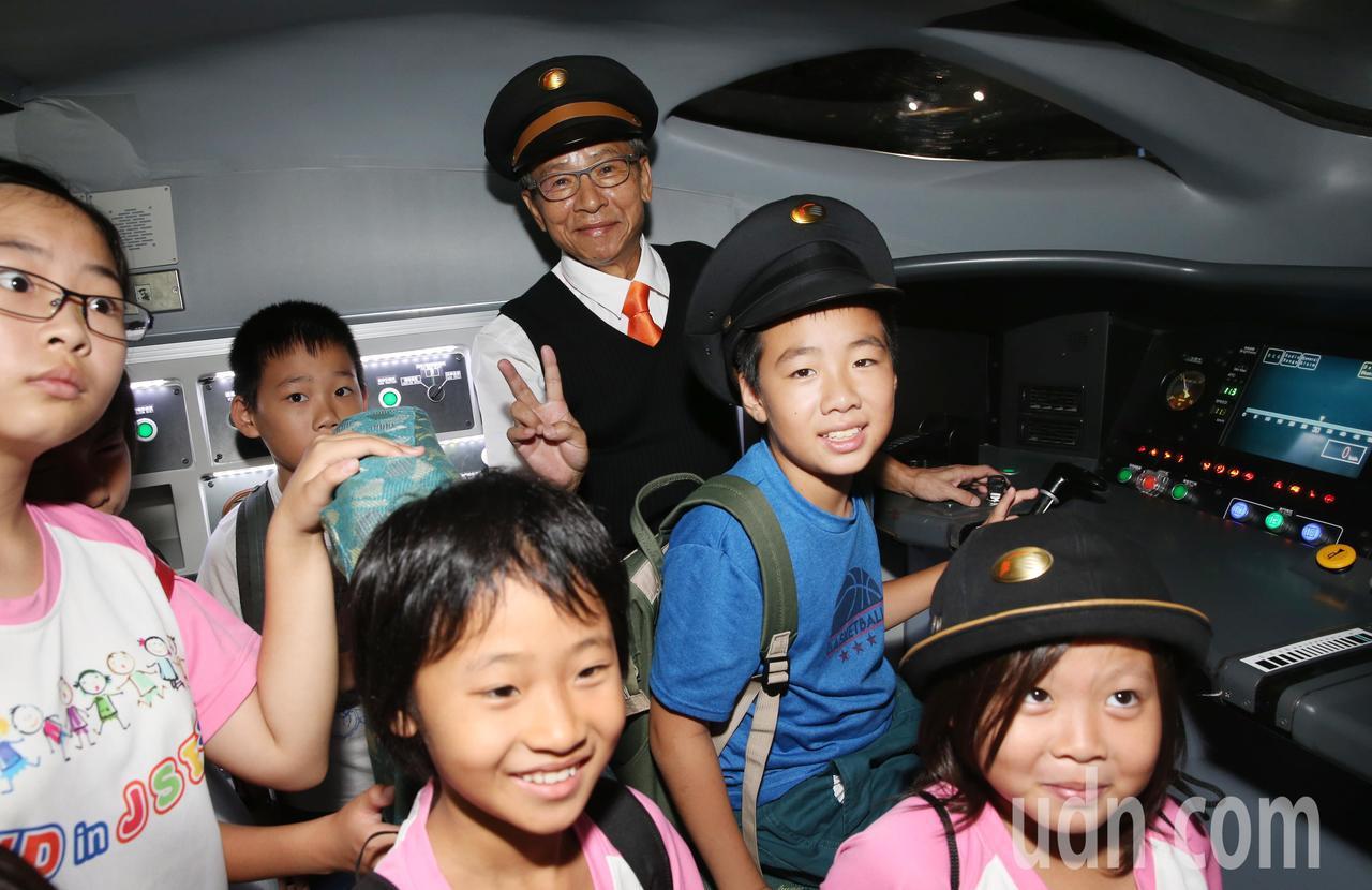 扮演列車長的導演吳念真(中)帶領30位來自基隆、彰化「高速傳愛 助學計畫」贊助對...