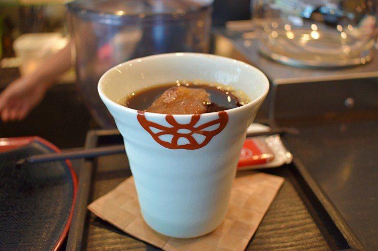 若是選擇冷飲,則是會提供大杯子。圖/記者魏妤庭攝影