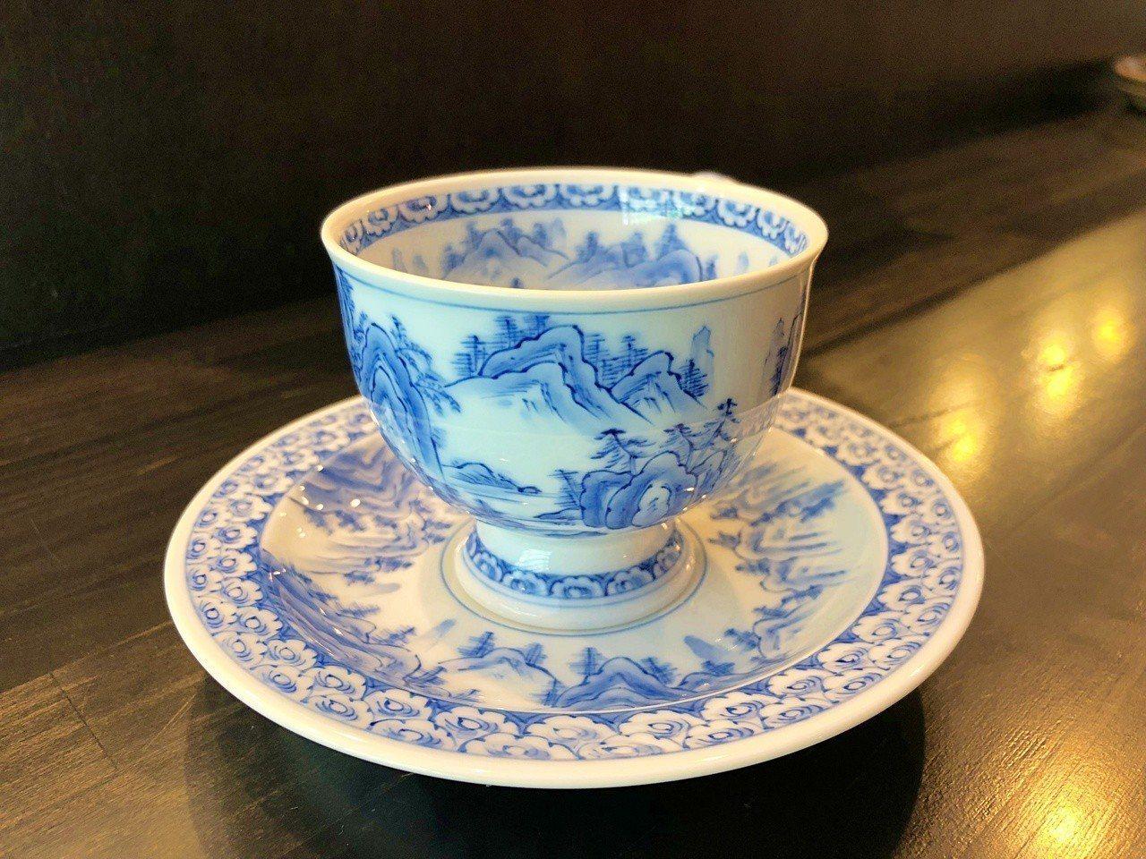 店內最貴的杯子就屬藝術家華山一筆一劃做成的咖啡杯,價格高達32萬日幣,相當於台幣...