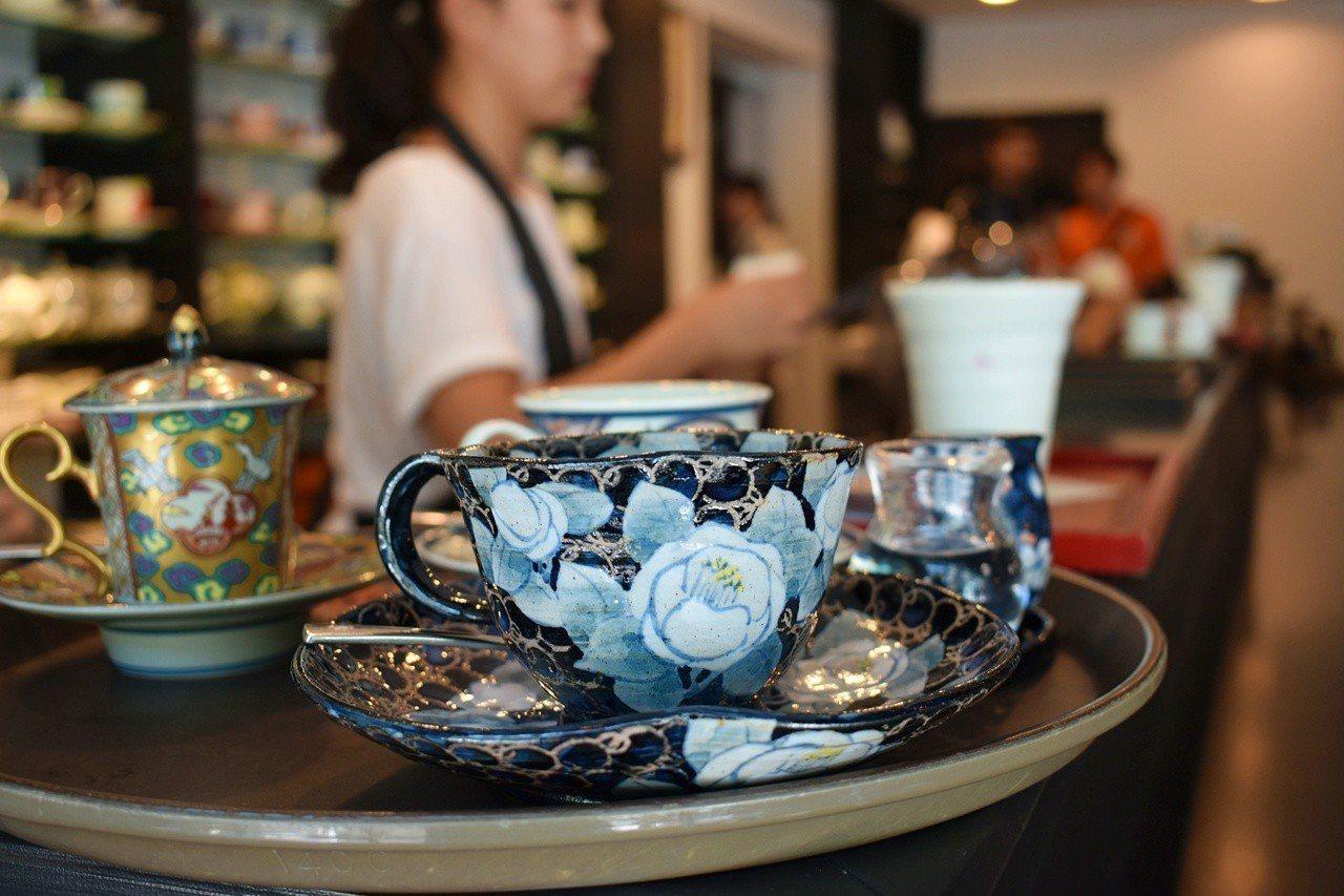 有田燒咖啡廳內有多達2,000多款咖啡杯提供客人選擇。記者魏妤庭/攝影