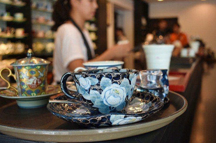 有田燒咖啡廳內有多達2,000多款咖啡杯提供客人選擇。圖/記者魏妤庭攝影