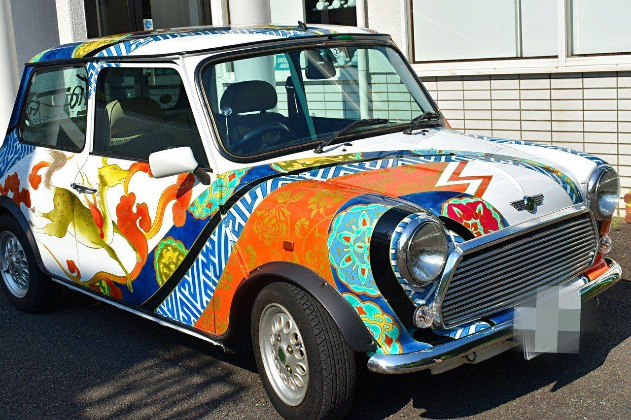 門口外面擺著有有田燒花紋的汽車。記者魏妤庭/攝影