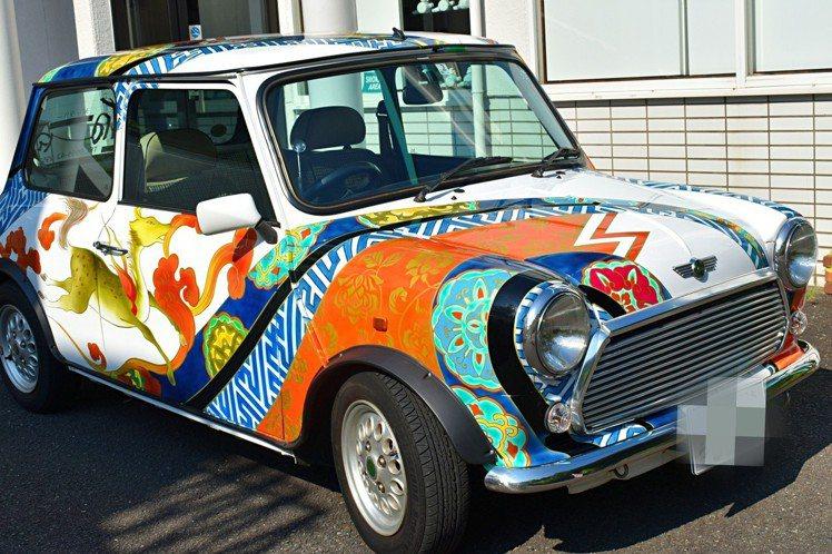 門口外面擺著有有田燒花紋的汽車。圖/記者魏妤庭攝影