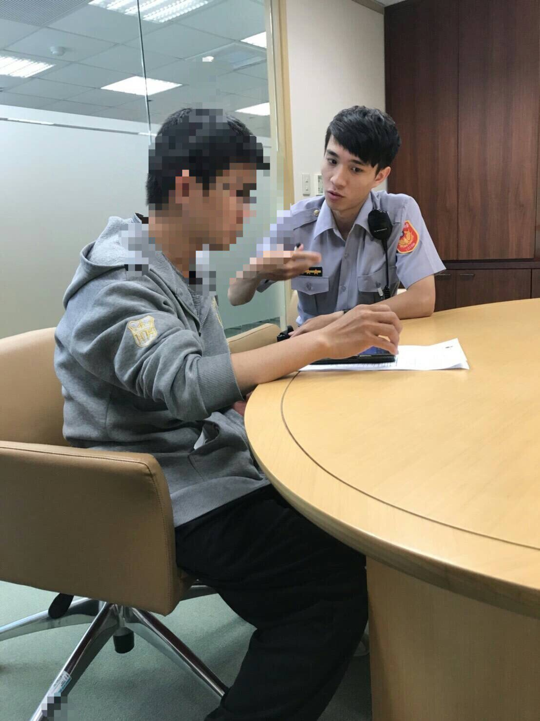 海安所警員陳奕瑄(右)苦口婆心勸阻曾姓男子,才沒匯款給泰國女子。記者邵心杰/翻攝
