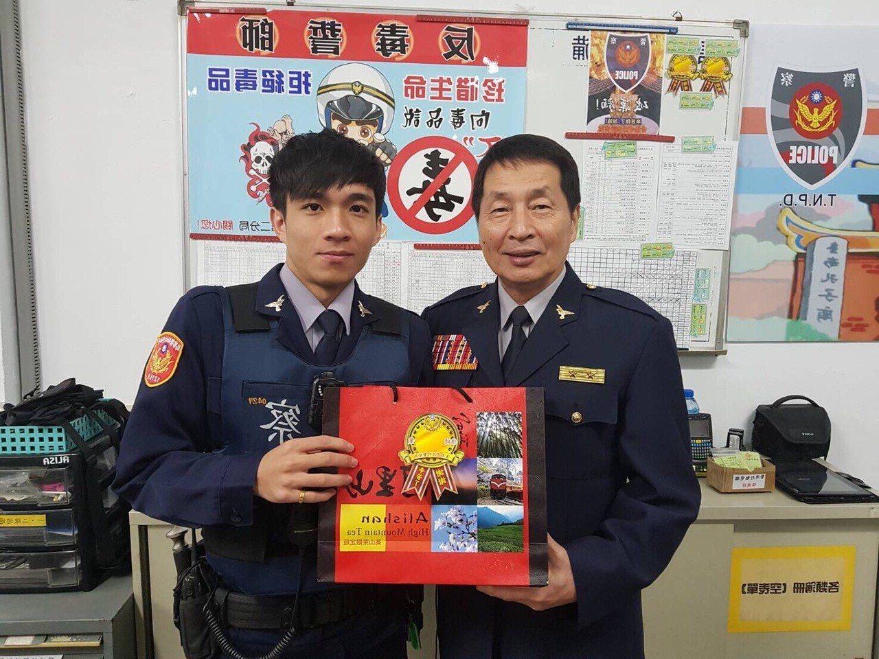 台南市警局副局長許世旻(右)頒獎表揚陳奕瑄。記者邵心杰/翻攝