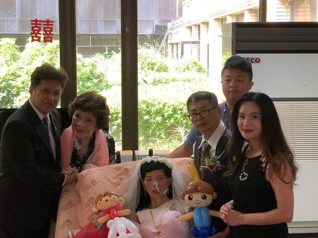 周遊夫妻(左)和市議員應曉薇(右)一起為前員工證婚  圖/應曉薇市議員辦公室提供