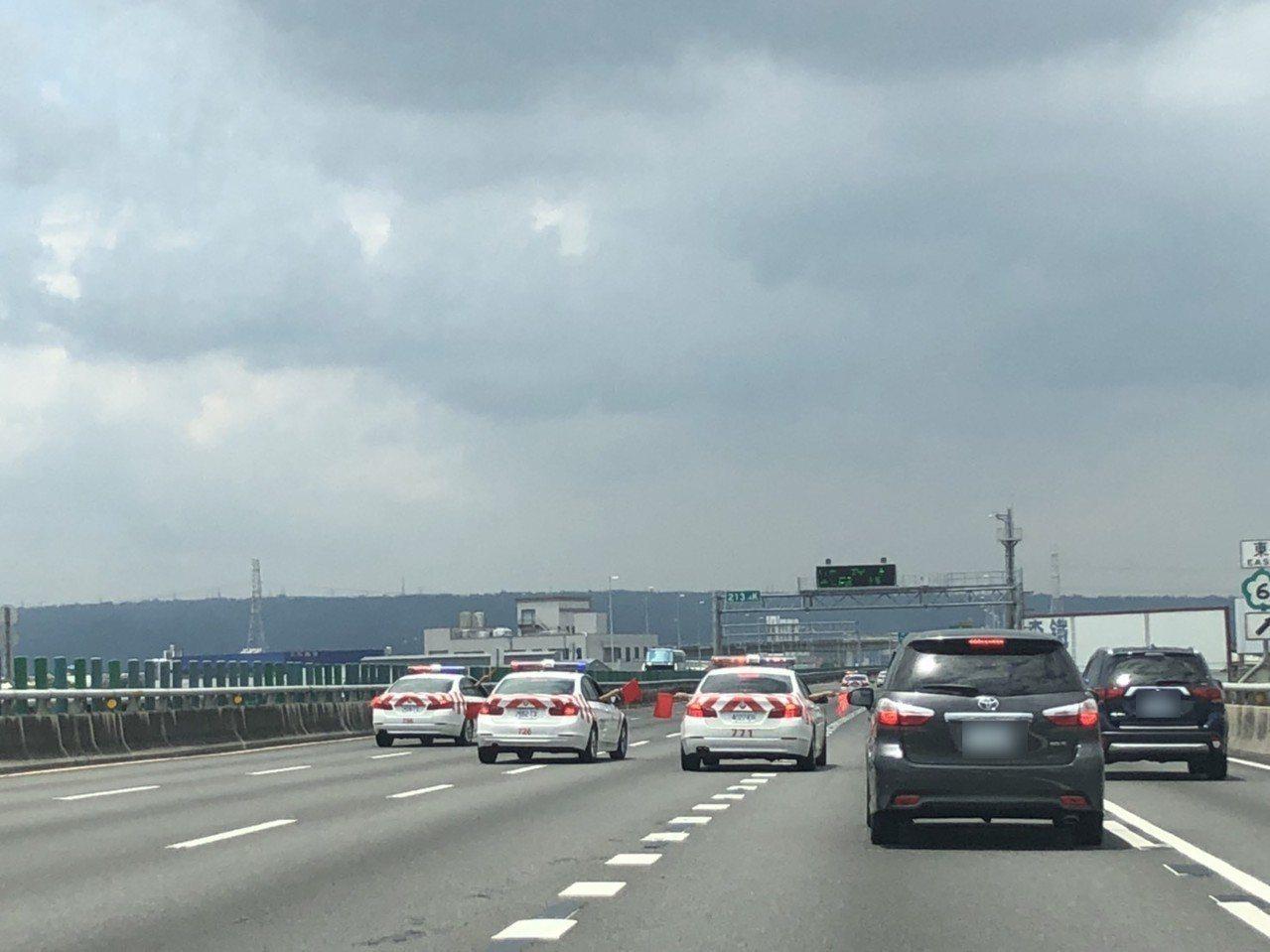 國道警車在國道三號南下車道臨時停車,並以旗幟將五個車道全部封閉,讓後方駕駛人傻眼...