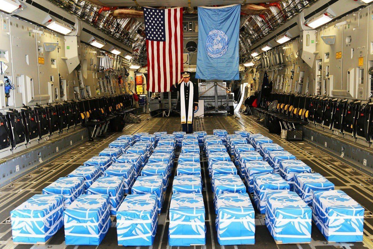 北韓7月27日將55具韓戰美軍遺骨交還美國,美方將遺骨運抵南韓烏山美軍基地,聯合...