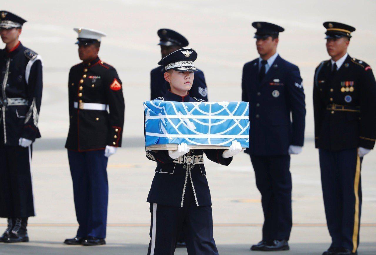 北韓7月27日將55具韓戰美軍遺骨交還美國,美方將遺骨運抵南韓烏山美軍基地。路透