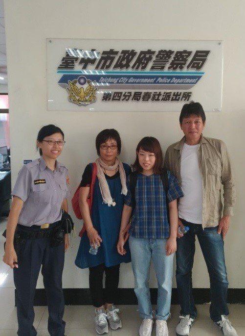 日本旅客MIKA(右二)一家三口來台旅遊,卻不慎將行李遺留在計程車裡,前天警方透...