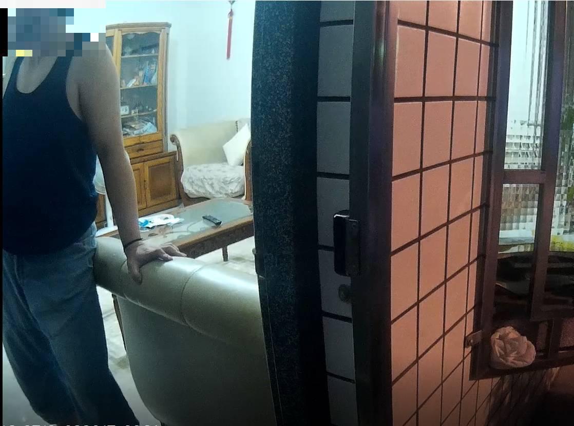 高雄市傅姓男子涉嫌放火燒梓官區民宅機車,遭警方依公共危險罪嫌法辦。記者黃宣翰/翻...