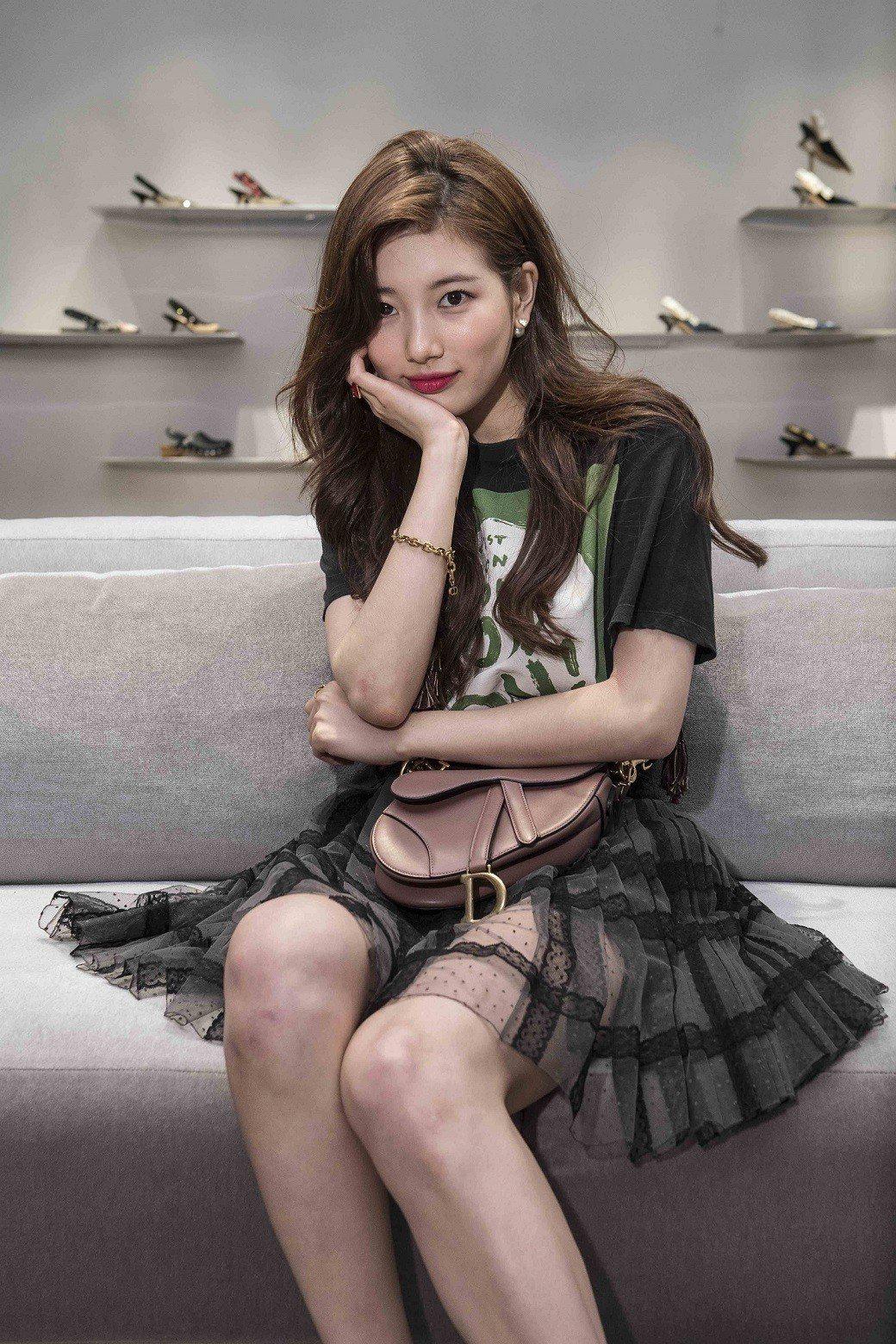 韓星秀智出席Dior概念精品店開幕活動時表示她很喜歡秋冬新款Saddle包,她詮...