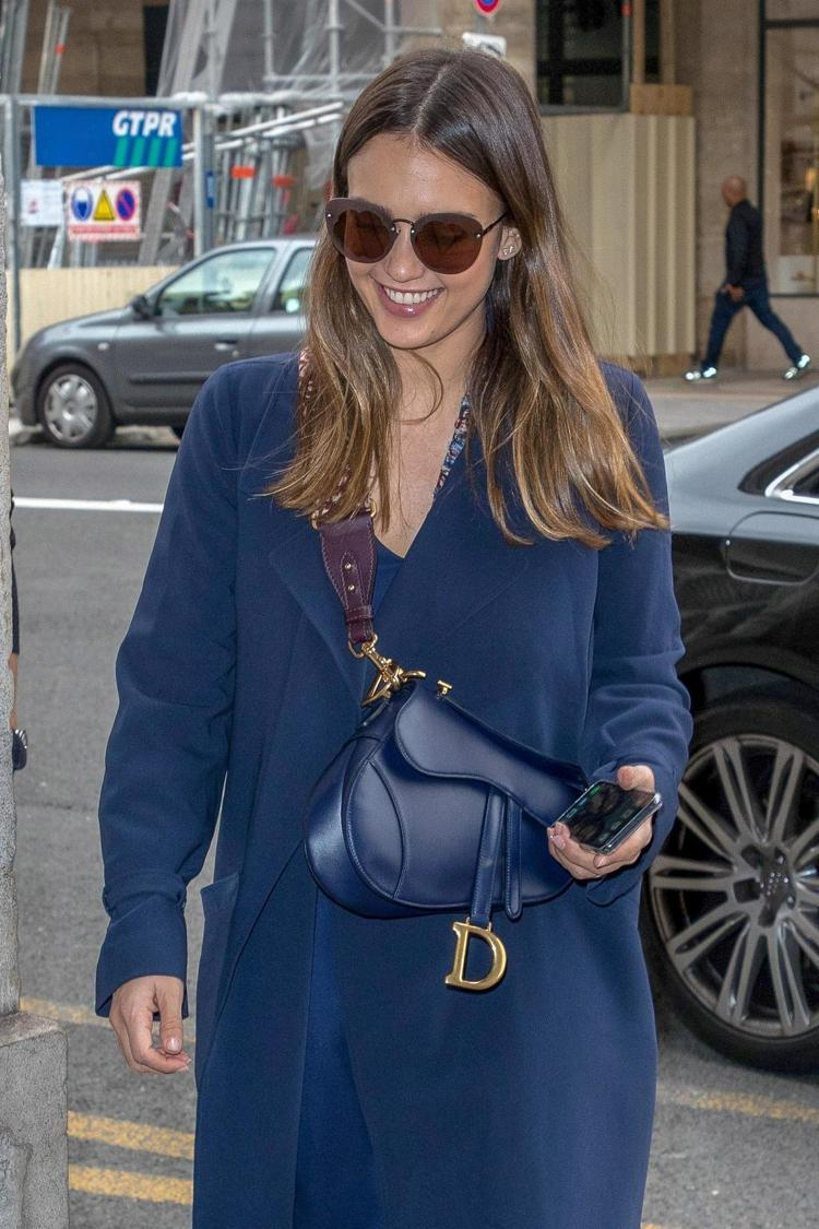 潔西卡艾芭以短背帶表現Saddle包的帥氣,相當時髦。圖/Dior提供