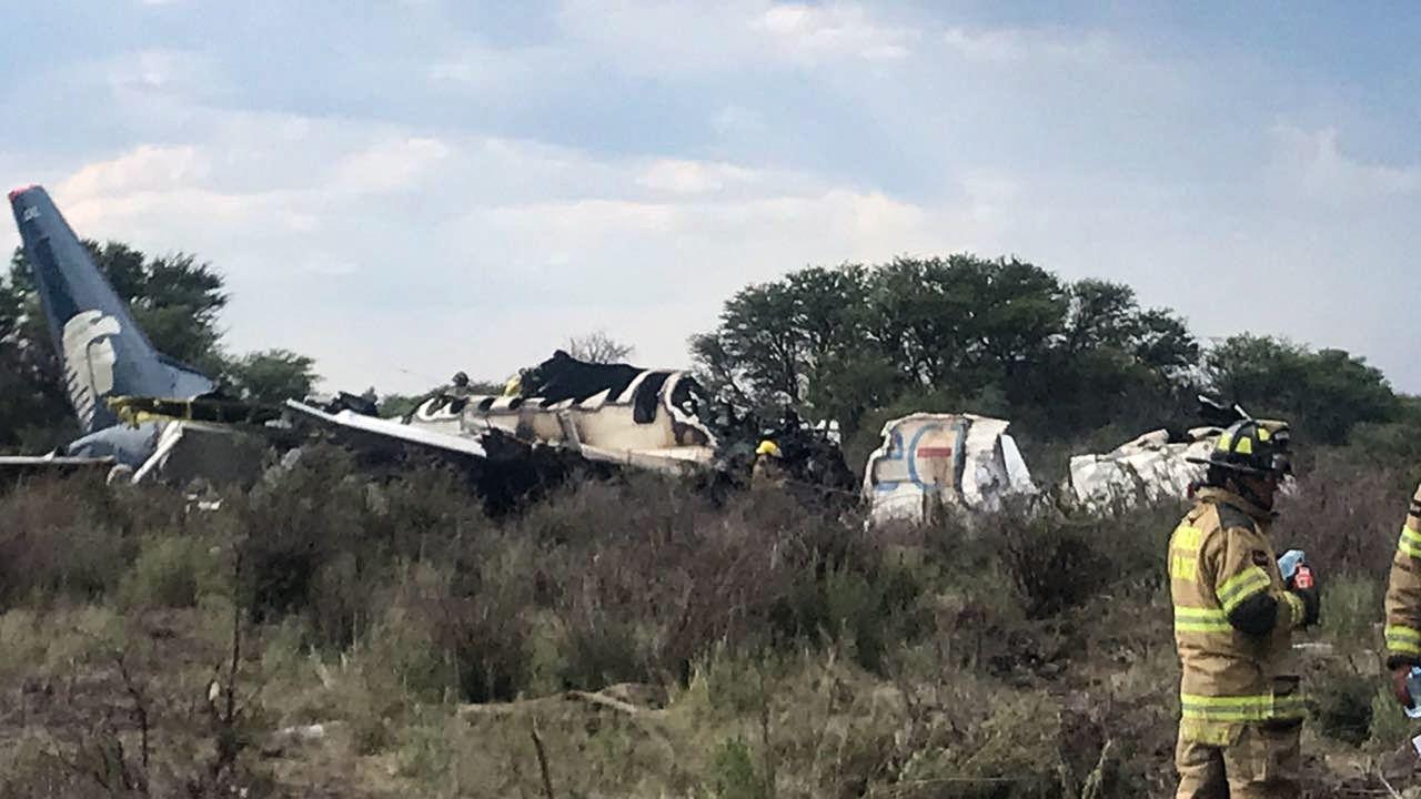 墨西哥航空31日發生墜機意外,機上101人全數生還,消防隊撲滅火勢後可見殘破機身...