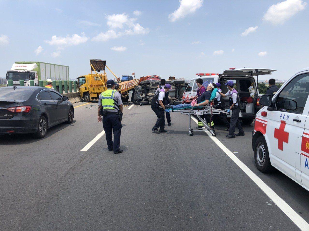 桃園市台66線快速道路,今天上午發生廂型車追撞施工工程車,失控翻覆事故。記者張弘...