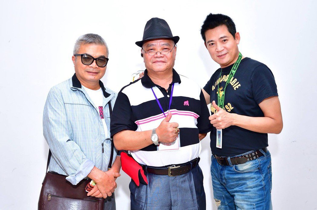 綽號「眼鏡」的民視資深製作人呂燁濱(左)今日病逝。圖/民視提供