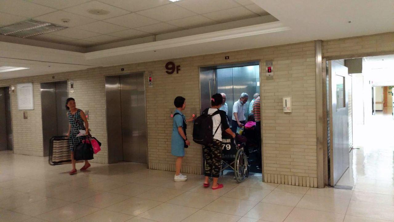 高雄一家醫學中心今早10點左右再傳跳電,約8、9分鐘後電力才逐步恢復正常,電梯恢...