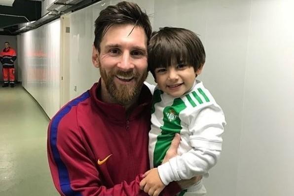 梅西抱起瓜達多的兒子溫馨合影,獲得許多讚揚聲。圖╱截自 sandradlv IG